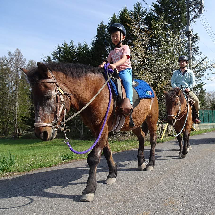 乗馬体験で爽やかな高原の風と深緑を満喫