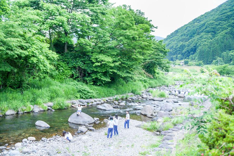 岐阜県郡上市の気良川と民泊の子どもたち